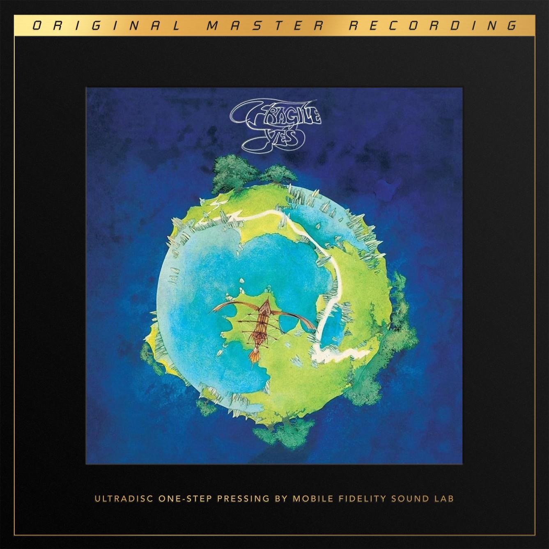 """Ähnlich wie es in den 90er Jahren die Band Nirvana mit ihrem Titel Nevermind schaffte, den Grunge als massentaugliche Musikrichtung zu etablieren, ist Fragile diese Funktion für die 70er und den progressiven Rock zuzuschreiben. Die Band hatte ihre endgültige Besetzung gefunden und bestand aus Jon Anderson (Gesang), Bill Bruford (Schlagzeug/Percussion), Steve Howe (Gitarre und Gesang), Chris Squire (Bass und Gesang) und Rick Wakeman an Orgel, Piano, Mellotron oder Synthesizer. Der Rock-Klassiker aus dem Jahr 1972 definierte den Begriff """"Progressive Rock"""" als eine Musikrichtung, die auch den Massenmarkt begeistern konnte. Das MFSL-One-Step-Reissue zeigt die erstaunlichen dynamischen und klanglichen Qualitäten der Masterbänder und macht riesig Spaß. Diese One-Step-LP erscheint in einer Auflage von 7.500 Exemplaren. Die One-Step-LP-Boxen von MFSL sind das Maß der Dinge im Bereich der audiophilen Re-Issues und qualitativ noch oberhalb der sonstigen Produktionen des wohl bekanntesten Remastering-Studios der Welt anzusiedeln. Besonders an den LPs ist nicht nur ein neues Vinyl-Granulat ohne Kohlenstoff-Farbmittel, welches bei RTI in Camarillo eingesetzt wird, sondern vor allem der One-Step-Prozess der LP-Fertigung. Näher an den Klang des Masterbandes kommt man nur noch im Studio von MFSL in Kalifornien. Darunter ist Folgendes zu verstehen: Bei normalen LP-Produktionen wird der Lackschnitt in einen ersten """"Vater-Stempel mit invertierter Rillenstruktur"""" verwandelt. Von diesem wird dann ein """"Mutter-Stempel"""" mit korrekter Rillenstruktur erstellt. Von diesem wird dann der eigentlichen Press-Stempel mit invertierter Rillenstruktur erstellt und für die Pressung der eigentlichen LP mit korrekter Rillenstruktur verbraucht. Dieser Ansatz erlaubt es, mit nur einem Lackschnitt fast beliebig viele LPs zu pressen. Im One-Step-Prozess geschieht dies alles wesentlich einfacher. Der eigentliche Lackschnitt selbst wird direkt zum Press-Stempel konvertiert, mit dem die LP gefertigt wird. Es f"""