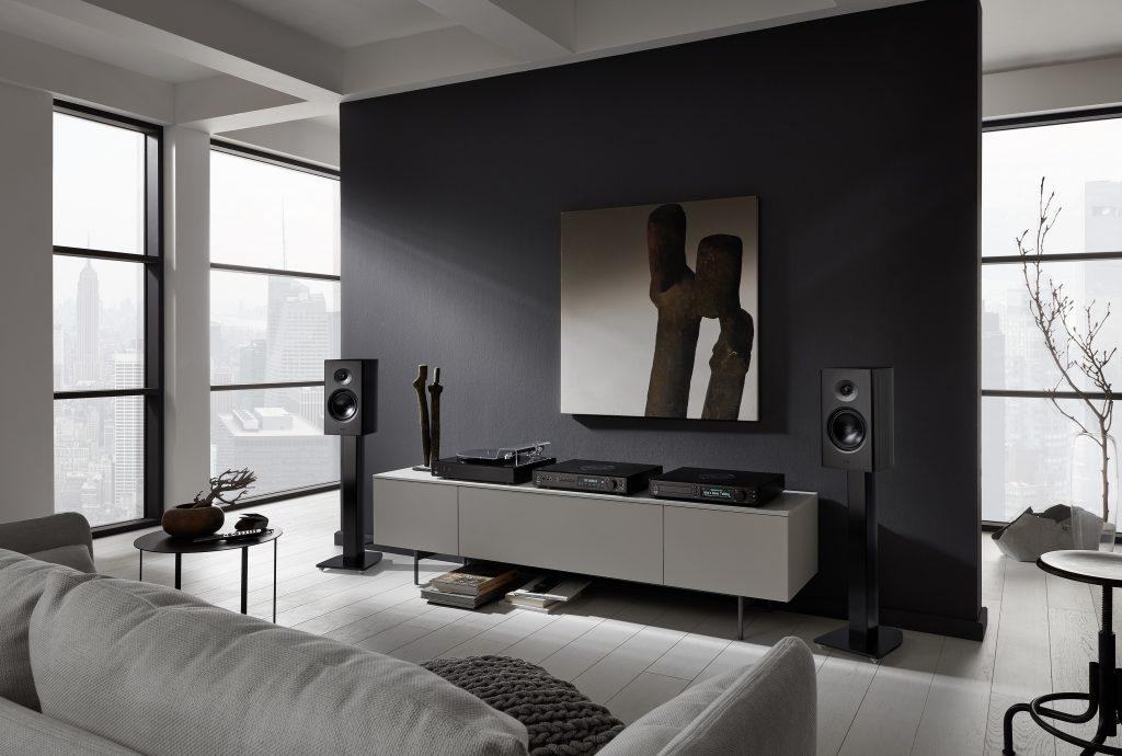Der T+A - Talis R 300 High End 2-Wege Regalmonitor ist ein sehr kompakter 2-Weg Kompaktlautsprecher mit ausgezeichneten Klangeigenschaften. Das Gehäuse wird komplett aus Aluminium gefertigt, handgebürstet und schwarz oder silber glanzeloxiert. Obwohl nur 21 cm breit und nur 37 cm hoch, erzeugt die R 300 das Klangerlebnis wesentlich größerer Lautsprecher.
