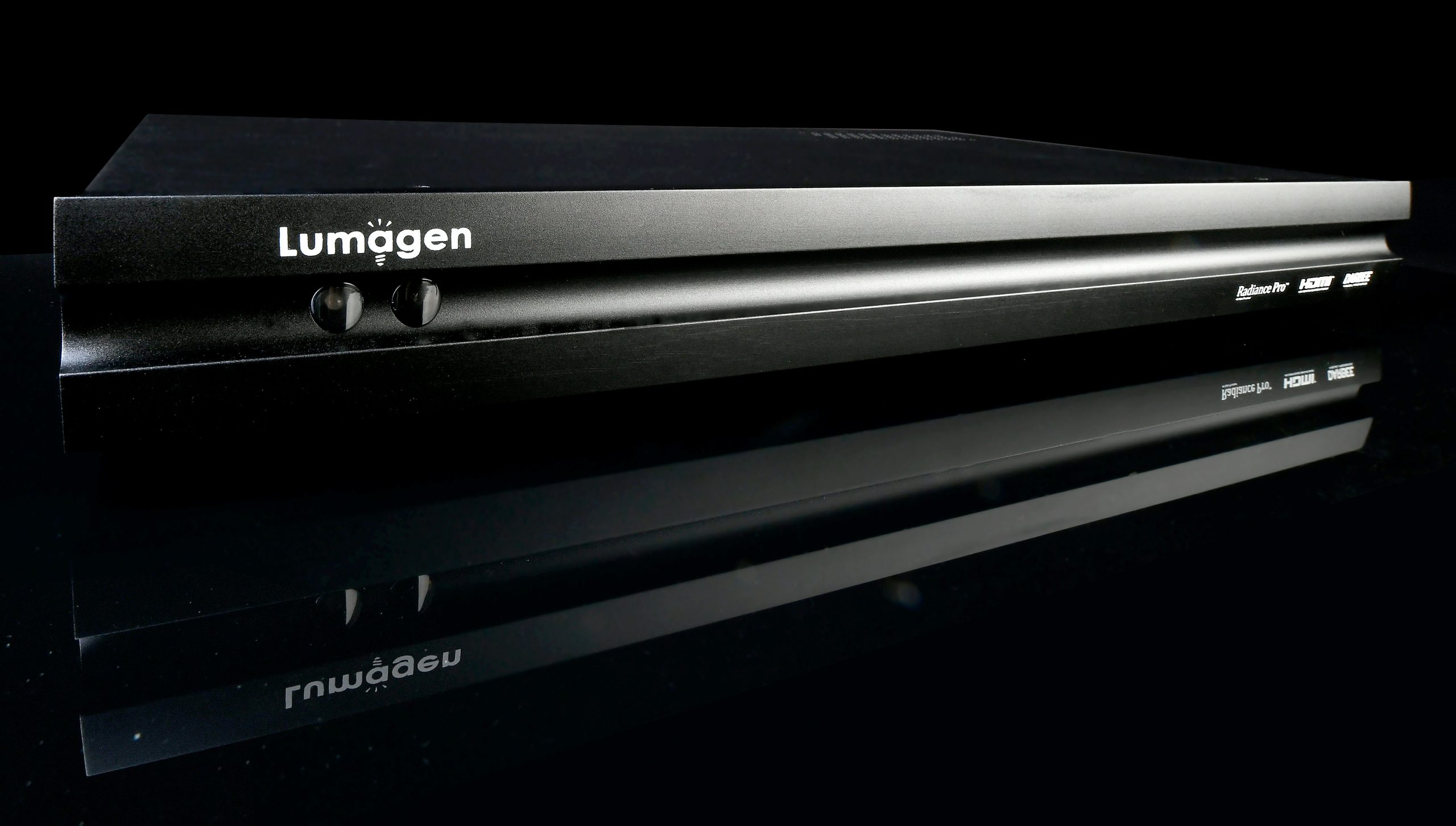 Der Lumagen Radiance Pro 5348 ist serienmäßig mit zehn 18GBit-HDMI-Eingängen bestückt. Zwei ebenso breitbandige Ausgänge gehen zum Display oder Projektor und ein dritter HDMI-Ausgang ist separat als Audio-Ausgang mit dem AV-Receiver zu verbinden.
